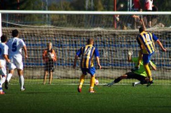 Vyrovnané. Takto z pokutového kopu Branislav Hanzel vyrovnával na 2:2. A to ešte pridal jeden gól.