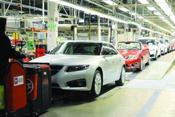 Montážny pás automobilky stojí. Tradičnú švédsku automobilku by mali prevziať dve čínske firmy.