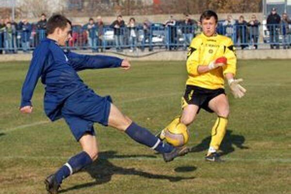 Pokus. Domáci Hríb takto ohrozil brankára Riemera. Zo zápasu Krásna - V. Opátske 1:0.