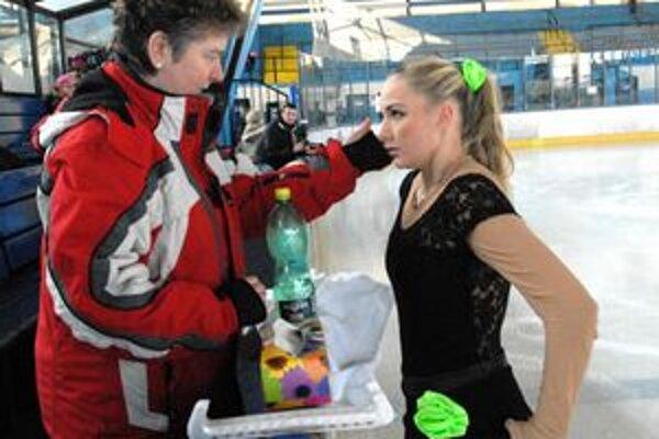 Pred vystúpením. Hana Töcziková (vľavo) so svojou zverenkyňou Michaelou Sabolčákovou.