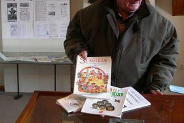 Štefan Peteja. Nezbiera len učebnice pre prváčikov, jeho byt je zaprataný aj dokumentmi o histórii Bardejova.