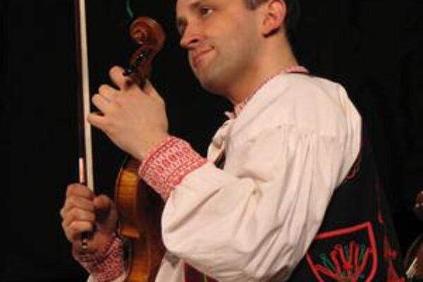 Hudobník a spevák. Ondrej Kandráč sa snaží udržiavať vianočné zvyky.