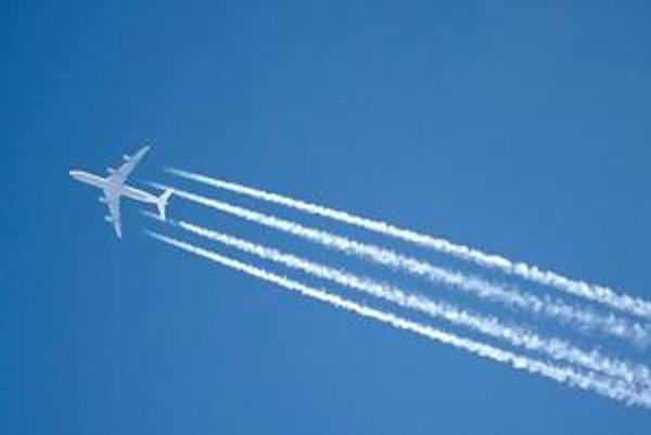 Kondenzačné stopy za lietadlom B747. Tieto stopy sa vytvárajú skondenzovaním a zamrznutím vodnej pary, prúdiacej z prúdových motorov.