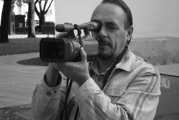 Štefan Bartko. Kamerou zachytáva aj svoje povolanie.