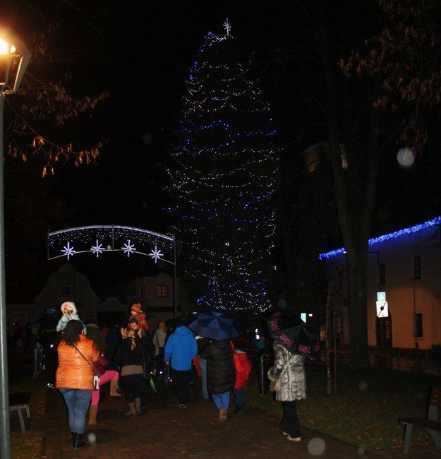 Stromček aj výzdobu rozsvietili v Bojniciach v prvú adventnú nedeľu.