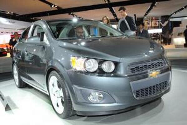 Sedan Chevrolet Aveo. Prednej časti dominuje delená maska chladiča a dvojité reflektory.