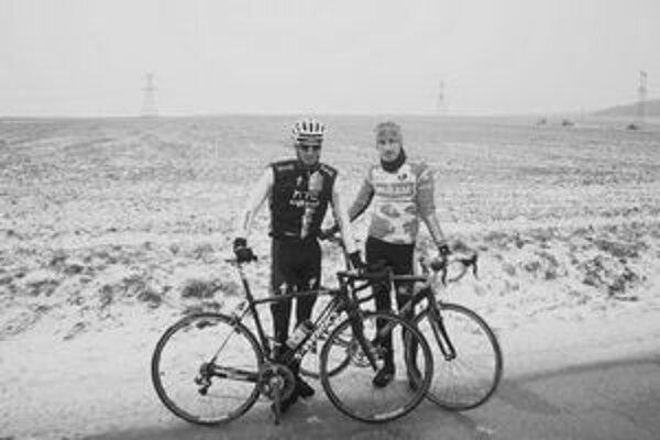 Rasťo Kopina (vpravo) sa popri P. Velitsovi predstavil ako cyklista v čiernobielom klipe.
