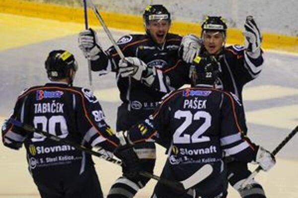 Radosť hráčov HC Košice z úvodného gólu na 1:0, vpravo strelec gólu Vladimír Dravecký , Miroslav Zálešák (tvárou vľavo) , s číslom 22 Dušan Pašek, s č. 80 Ján Tabaček.