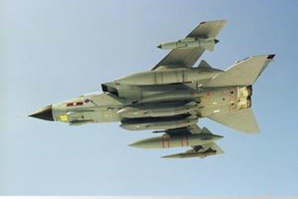 Lietadlo Panavia Tornado GR4. Pod trupom lietadla sú zavesené dve strely Storm Shadow s plochou dráhou letu.