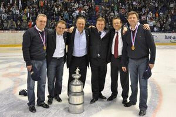 Spomienka na minulý rok. Vedenie klubu a tréneri HC po zisku majstrovskej trofeje. Juraj Mondík (druhý zľava).
