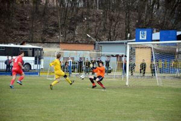 Zlý začiatok, dobrý koniec. Haniska sa ujala vedenia gólom M. Majoroša. Záver však patril Rožňave.