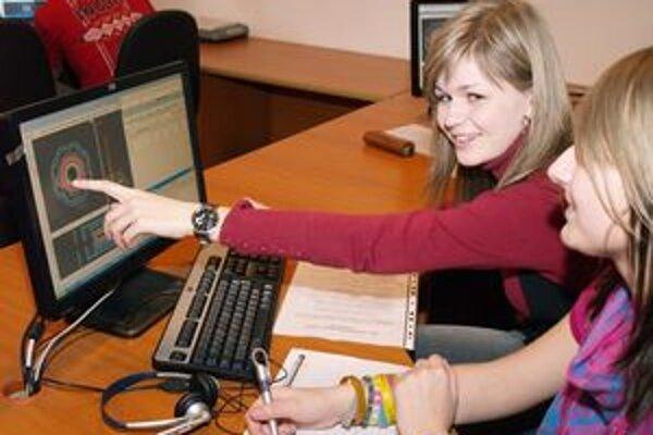 Masterclasses sa zúčastnili aj dievčatá. Vlaďka a Simona z košického gymnázia Opatovská pri vyhodnocovaní údajov z CERN-u.