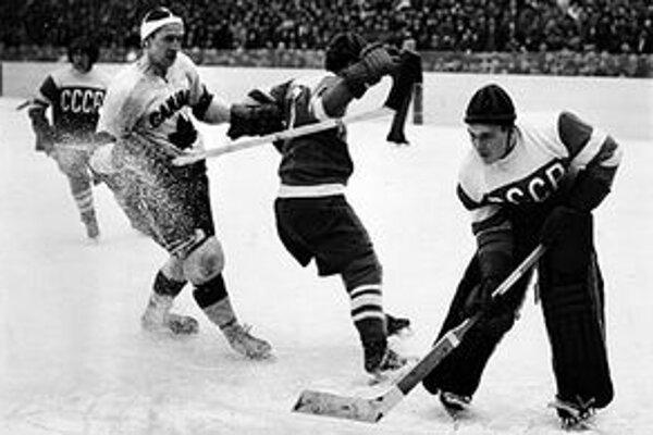 Hokejisti Sovietskeho zväzu sa prvý raz predstavili na MS v Štokholme v roku 1954 (záber je zo zápasu s Kanadou).