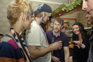 Druhý diel osláv. Michal Grman (vpravo) v bare, kam sa hokejisti presunuli so štadióna, oslavuje so spoluhráČom Slimákom.