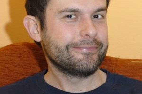 Večne dobre naladený. Juraj Kemka rieši krízové stavy s priateľmi a manželkou.