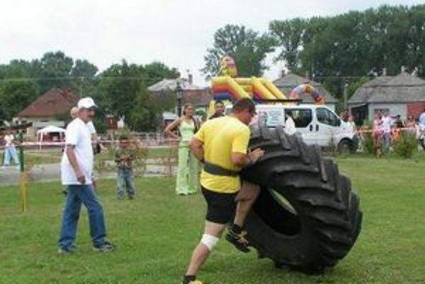 Pneumatika. Dokrútiť obrovskú pneumatiku z traktora do cieľa v čo najkratšom čase je veru poriadna fuška.