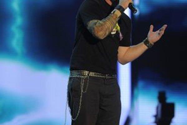 Nehral sa. Lukáš Adamec je skutočný rocker, bez ohľadu na to, či má, alebo nemá kérku.