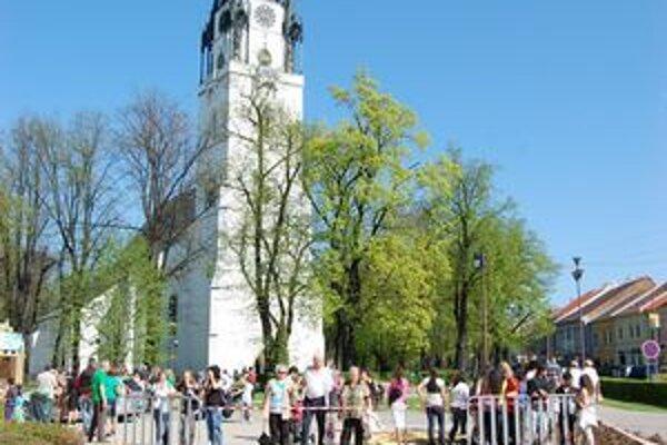 V popredí mozaika, v pozadí najvyššia kostolná veža na Slovensku - 87 metrov.