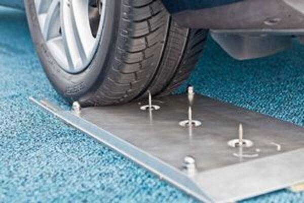 Pneumatika Michelin 3-S-Konzept. Táto pneumatika sa zacelí aj po prerazení dlhými klincami.