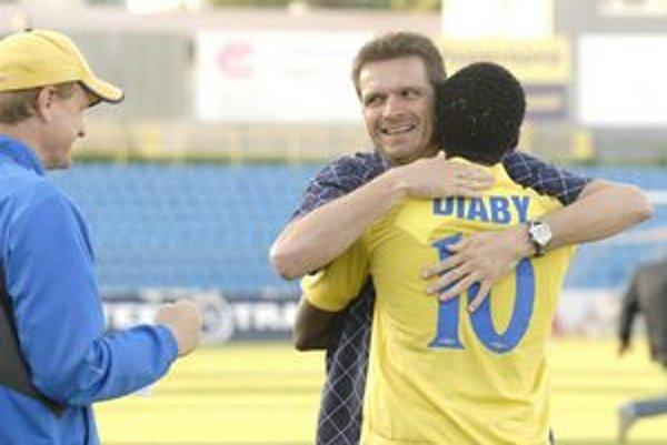 Krásna rozlúčka. Tréner Tarkovič sa objíma so strelcom víťazného gólu proti Žiline Karimom Diabym.
