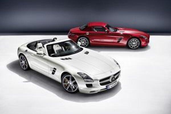 Roadster a kupé SLS AMG. Technicky je roadster zhodný s kupé a poháňa ho 6,3-litrový osemvalec výkonu 420 kW.
