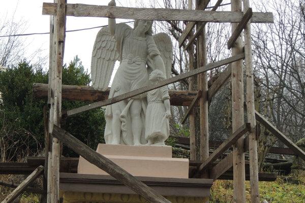 Sochu anjela opravujú.