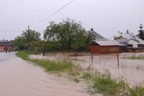 Povodne sa opäť vracajú. Ondava zaplavila Hradištskú Moľvu, museli ju evakuovať.