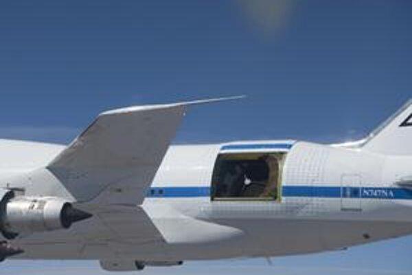 Lietajúce observatórium SOFIA. Teleskop SOFIA je umiestnený v zadnej časti upraveného lietadla B747 SP: