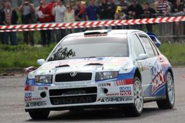 Igor Drotár. Táto Fabia WRC je už minulosťou, na kopci mal v rukách novší model.