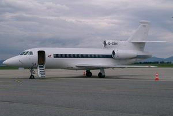 Lietadlo Dassault Falcon 900 EX. Týmto lietadlom priletel do Košíc Sir Elton John, ktorý – ako to určite jeho fanúšikovia vedia – sa vlastným menom volá Reginald Kenneth Dwight.
