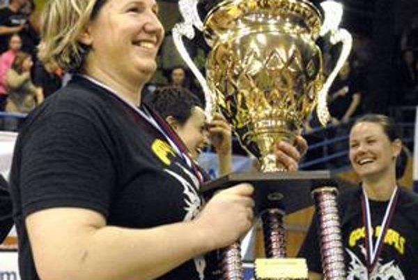 Posledný titul v Košiciach. Takto sa Alena Kováčová tešila z majstrovského pohára za sezónu 2009/2010. U Dobrých anjelov pokračovať nebude.