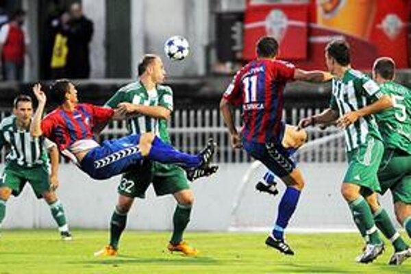 Súboj. V Prešove sa hralo 2. kolo futbalovej Corgoň ligy medzi FC Tatran Prešov - FK Senica. Na snímke situácia pred prešovskou bránou.