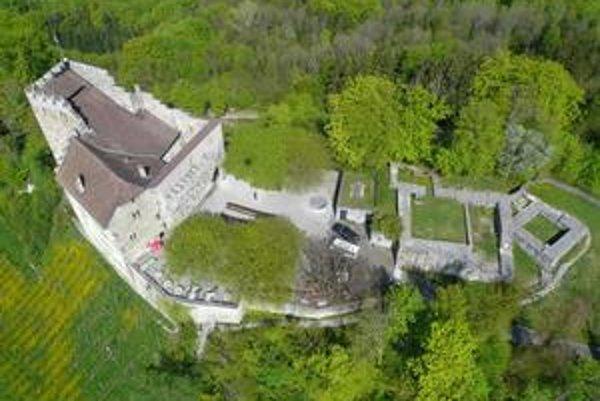 Letecký pohľad. Vľavo je pomerne zachovalý zadný hrad, vpravo zrúcaniny predného hradu.