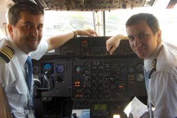 Kapitán a druhý pilot. Dovolenkári šťastlivo vystúpili z lietadla - Slavomír Pjatak (vľavo) a Peter Blaško majú radosť z dobre vykonanej práce.