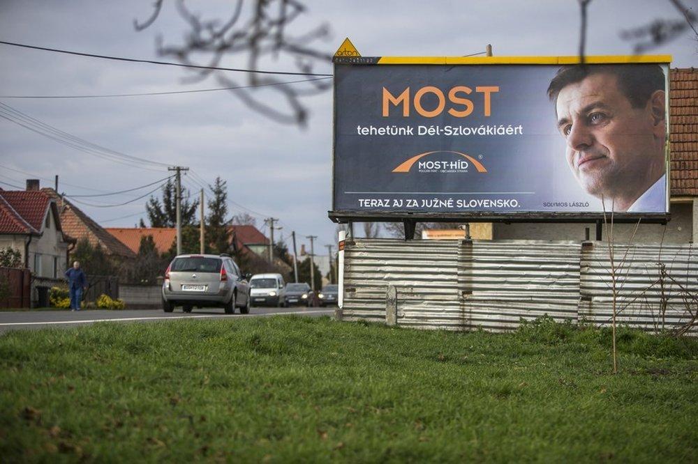 V južných regiónoch Slovenska politické strany menia jazyk a niekedy aj sľuby. Aj slovenské.