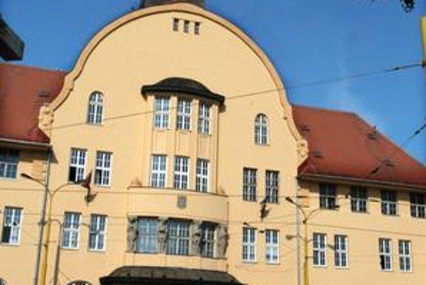 Sídlo úradu od roku 1927. Pracoviská mestského úradu boli na viacerých miestach Košíc, kým sa nepresťahovali v r. 1927 do tejto budovy na Hviezdoslavovej ulici.