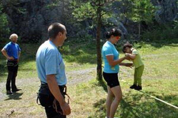 Odmalička. Palo Kuna s manželkou Katarínou priúčajú dcérku Júliu horolezeckým disciplínam.