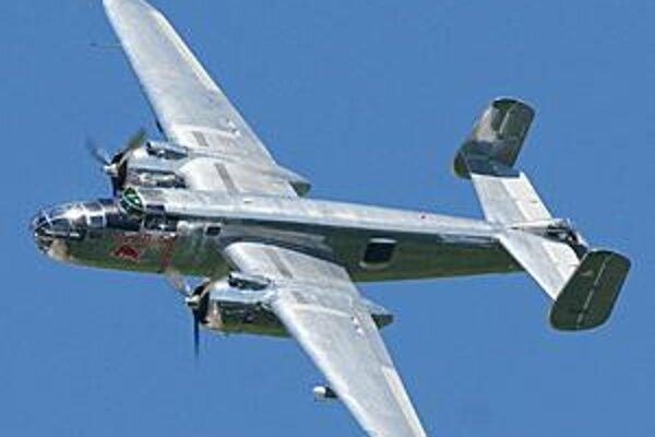 Obr. B-25J Mitchell c.1 alebo c.2. Bombardovacie lietadlo B-25J Mitchell. Lietadlá Mitchell dodávali Spojené štáty aj Anglicku a Sovietskemu zväzu.