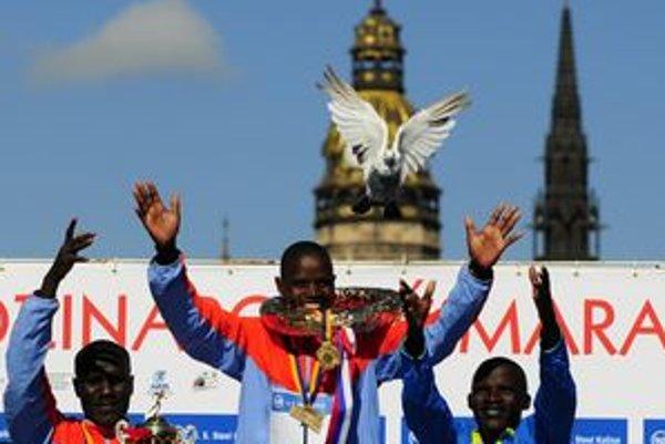 Víťazné kenské trio na pódiu. Okrem triumfu hreje aj skvelý traťový rekord. Uprostred víťaz Gilbert Kiptoo Chepkwony, vpravo druhý s č. 3 Naibei Solomon Bushendish a vľavo tretí s č. 2 Peter Kiplagat Chebet.