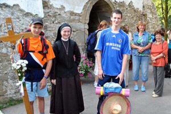 Katarína na návšteve svojej rodnej Veľkej Lomnice odprevádza mladých na púť do Levoče.
