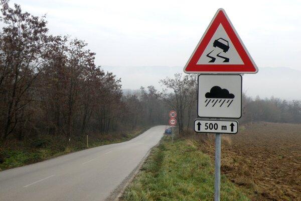 Na riziká a nebezpečenstvá na ceste upozorňujú viaceré značky, aj tak sú na nej nehody takmer denne.