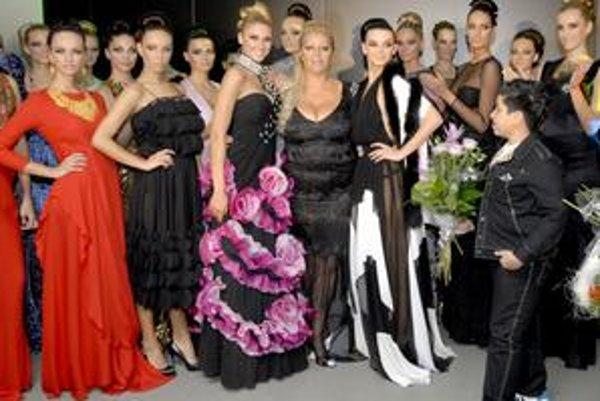 Najdrahšie šaty značky Nory Mojesejovej stoja 10-tisíc eur (červené vľavo). Ich cenu zvýšili zlaté doplnky priamo z Dubaja.