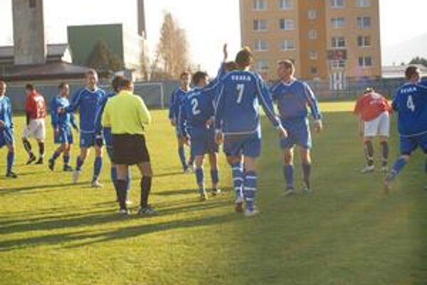 Radosť. Medvec (č. 2) ďakuje za akciu M. Veselému, ktorú po centri Š: Kaňuka (č. 4) premenil na prvý gól Stropkova.