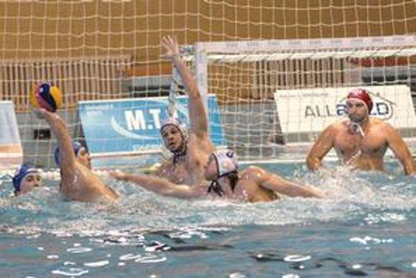 Urobil dojem. Andrej Janíček (v strede s rukou hore) v Neapole zabral, Košice si ho nechajú aj na osemfinále.