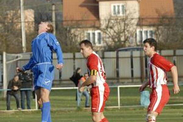 Hlavičkový súboj. Dvojici hráčov V. Opátskeho (vpravo) sa veľmi do výskoku so svidníckym futbalistom nechcelo.