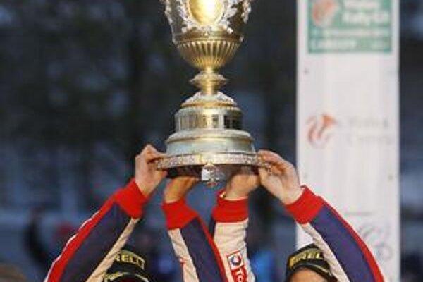 Majstri. Veľmi úspešnú sezónu ukončila posádka Loeb (vpravo)- Elena víťazstvom v Cardiffe, čím len potvrdila majstrovský titul a svoje dominantné postavenie v súťažiach rely.