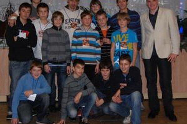 Kapitán Košíc Peter Bartoš s mladými hokejbalistami.