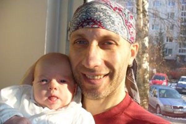 Malá Hanička so šťastným oteckom Slavom.