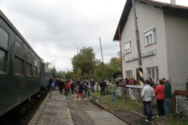 Do Pravna prišli parnou lokomotívou ťahaným vlakom stovky ľudí.