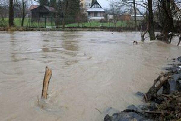 Na Olšave trvá tretí povodňový stupeň. Takto vyzerá situácia medzi Bohdanovcami a Nižnou Myšľou.